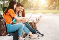 Un grupo de estudiante asiático joven o adolescente en universidad Imagen de archivo libre de regalías