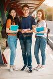 Un grupo de estudiante asiático joven o adolescente en universidad Fotos de archivo libres de regalías