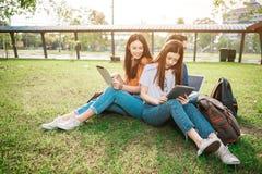 Un grupo de estudiante asiático joven o adolescente en universidad Foto de archivo