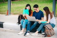 Un grupo de estudiante asiático joven o adolescente en universidad Fotografía de archivo