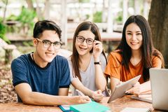 Un grupo de estudiante asiático joven o adolescente en universidad Imagenes de archivo