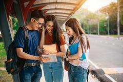 Un grupo de estudiante asiático joven o adolescente en universidad Fotografía de archivo libre de regalías
