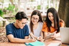 Un grupo de estudiante asiático joven o adolescente en universidad imagen de archivo