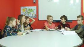 Un grupo de estudiantes que hablan en la sala de clase metrajes