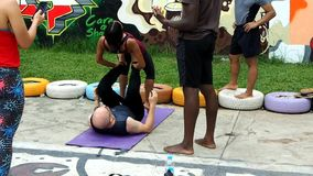 Un grupo de gente joven practica yoga al aire libre almacen de metraje de vídeo