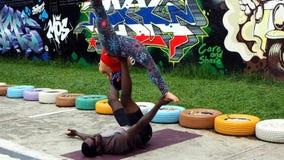 Un grupo de gente joven practica yoga al aire libre metrajes