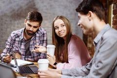 Un grupo de gente joven que discute una nueva idea Imagen de archivo