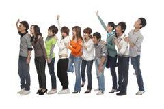 Un grupo de gente joven que espera en línea Imágenes de archivo libres de regalías