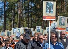 Un grupo de gente no identificada con los carteles, llamado regimiento aimmortal Fotografía de archivo