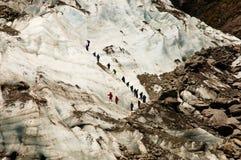 Un grupo de Gguided en un glaciar Imagen de archivo