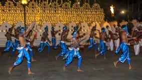 Un grupo de golpeadores de madera se realiza adyacente al templo de la reliquia sagrada del diente durante el Esala Perahara, Kan Imagenes de archivo