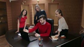 Un grupo de hombres de negocios que encuentran con el ordenador portátil en oficina moderna metrajes