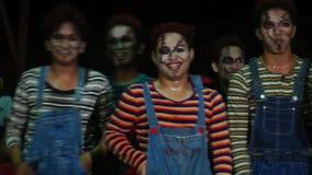 Un grupo de hombres jovenes en diversa roca y los disfraces de Halloween unidos bailan competencia almacen de video