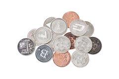 Un grupo de la mezcla de cryptocurrency físico, Bitcoin, Ethereum, Litecoin, pila de la rociada en el fondo blanco, aislado con l imagen de archivo