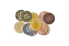Un grupo de la mezcla de cryptocurrency físico, Bitcoin, Ethereum, Litecoin, pila de la rociada en el fondo blanco, aislado con l fotografía de archivo libre de regalías
