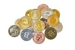 Un grupo de la mezcla de cryptocurrency físico, Bitcoin, Ethereum, Litecoin, pila de la rociada en el fondo blanco, aislado con l fotos de archivo libres de regalías