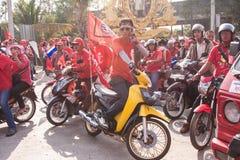 Un grupo de la motocicleta de las camisas rojas Fotos de archivo libres de regalías