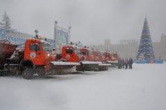 Un grupo de máquinas de la nieve en el cuadrado Fotos de archivo