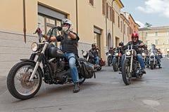 Un grupo de motoristas que montan a Harley Davidson Fotografía de archivo