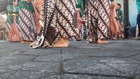 Un grupo de muchachas hermosas del bailar?n de Yogyakarta con los trajes Javanese hermosos de la danza tradicional fotos de archivo