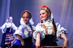 Un grupo de muchachas hermosas en los sundresses que bailan a la gente rusa Imagen de archivo