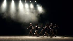 Un grupo de muchachas jovenes de la bailarina que bailan en etapa almacen de video