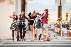 Un grupo de muchachas punkyes adolescentes atractivas Fotos de archivo libres de regalías