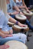 Un grupo de muchachas que juegan en los tambores étnicos Imágenes de archivo libres de regalías