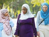 Un grupo de mujer musulmán que cuelga hacia fuera Imagenes de archivo