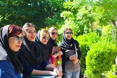 Un grupo de mujeres iraníes jovenes con el vestido moderno foto de archivo