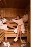 Un grupo de mujeres jovenes en una sauna fotos de archivo