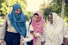Un grupo de mujeres musulmanes jovenes imágenes de archivo libres de regalías