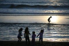 Un grupo de niños en la playa Foto de archivo libre de regalías