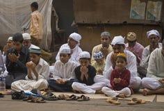 Un grupo de niños pequeños en el rezo de Eid Imagenes de archivo