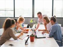Un grupo de oficinistas que discuten los problemas de negocio del ` s de la compañía fotos de archivo