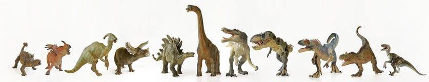 Un grupo de once dinosaurios en fila