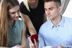 Un grupo de personas en un café comunica foto de archivo libre de regalías