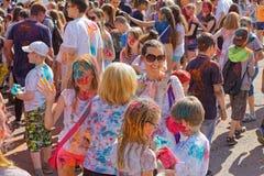 Un grupo de personas grande de todas las edades se divierte en el festival de las pinturas Holi Imagen de archivo