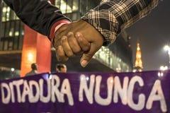 Un grupo de personas participa en una demostraci?n contra presidente electo Jair Bolsonaro fotos de archivo libres de regalías