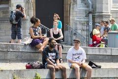 Un grupo de personas que charla y que toma el sol Imágenes de archivo libres de regalías