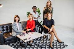 Un grupo de profesionales jovenes, atractivos y diversos del negocio en desgaste formal foto de archivo