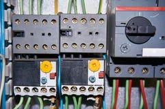 Un grupo de retransmisiones eléctricas con los alambres conectados fotos de archivo libres de regalías