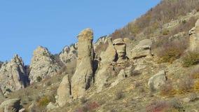 Un grupo de rocas en montañas de Asia tiro Paisaje hermoso y cielo azul claro metrajes