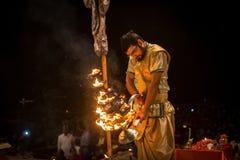 Un grupo de sacerdotes realiza a Agni Pooja Sanskrit: Adoración del fuego en Dashashwamedh ghat principal y más viejo de Ghat - d Imágenes de archivo libres de regalías