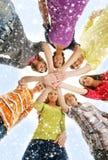 Un grupo de teenages jovenes que llevan a cabo las manos juntas Fotos de archivo libres de regalías