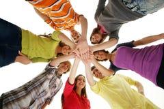 Un grupo de teenages jovenes que llevan a cabo las manos juntas Fotos de archivo