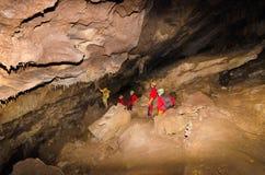 Un grupo de turista en una cueva Fotos de archivo libres de regalías