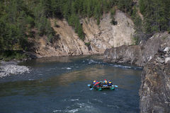 Un grupo de turistas en la balsa flotó rio abajo Fotografía de archivo