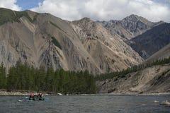 Un grupo de turistas en la balsa flotó rio abajo Foto de archivo libre de regalías