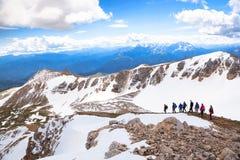 Un grupo de turistas en las montañas Fotografía de archivo libre de regalías